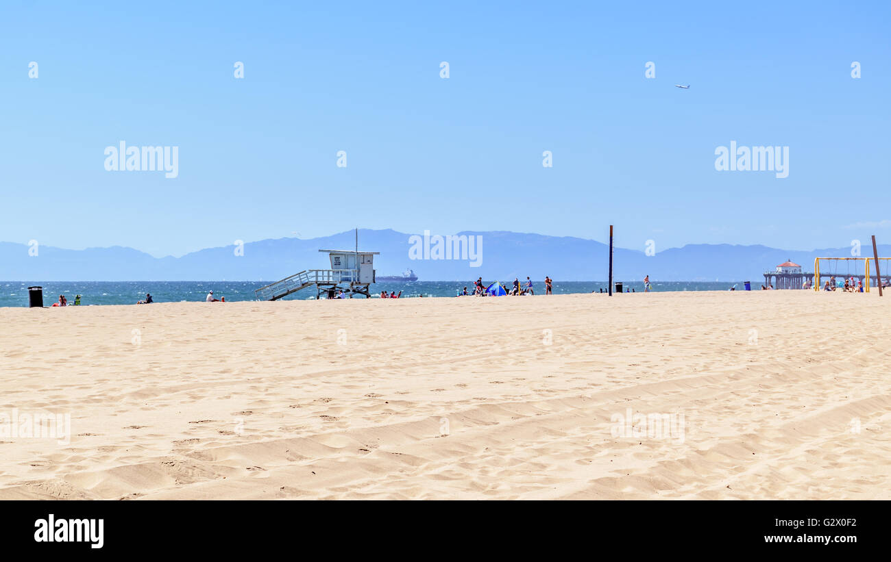 Manhattan Beach lifeguard station overlooking Pacific Ocean with Malibu in the distance - Stock Image