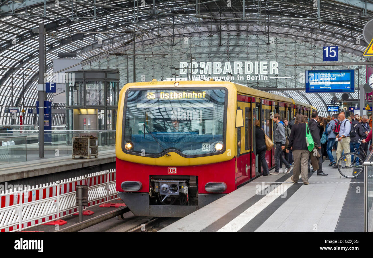 Passengers boarding an S Bahn train at Berlins Hauptbahnhof Station, Berlin, Germany - Stock Image