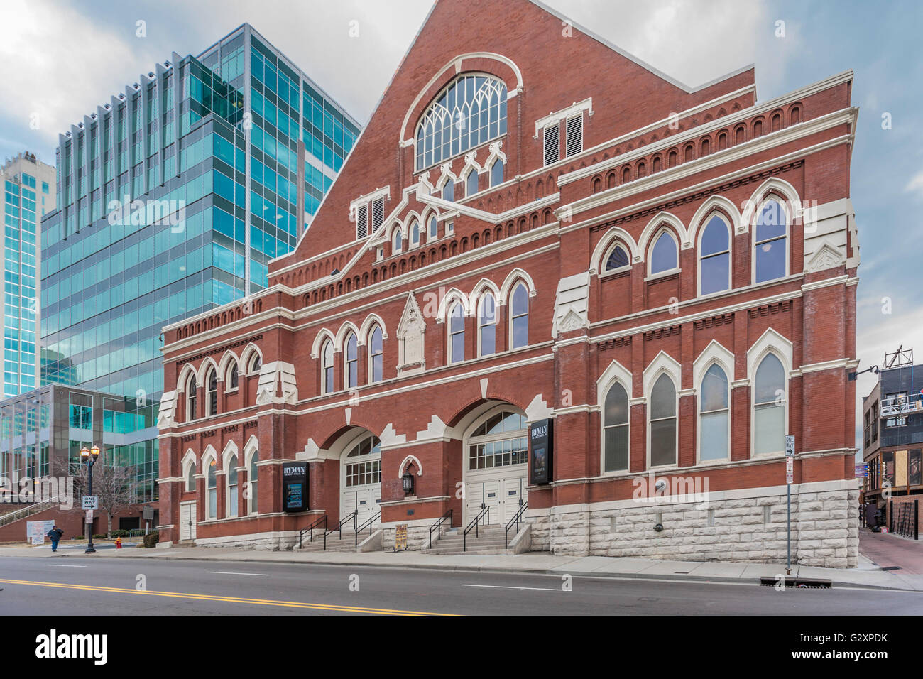 Historic Ryman Auditorium contrasts with modern Sun Trust bank building in downtown Nashville, Tennessee - Stock Image
