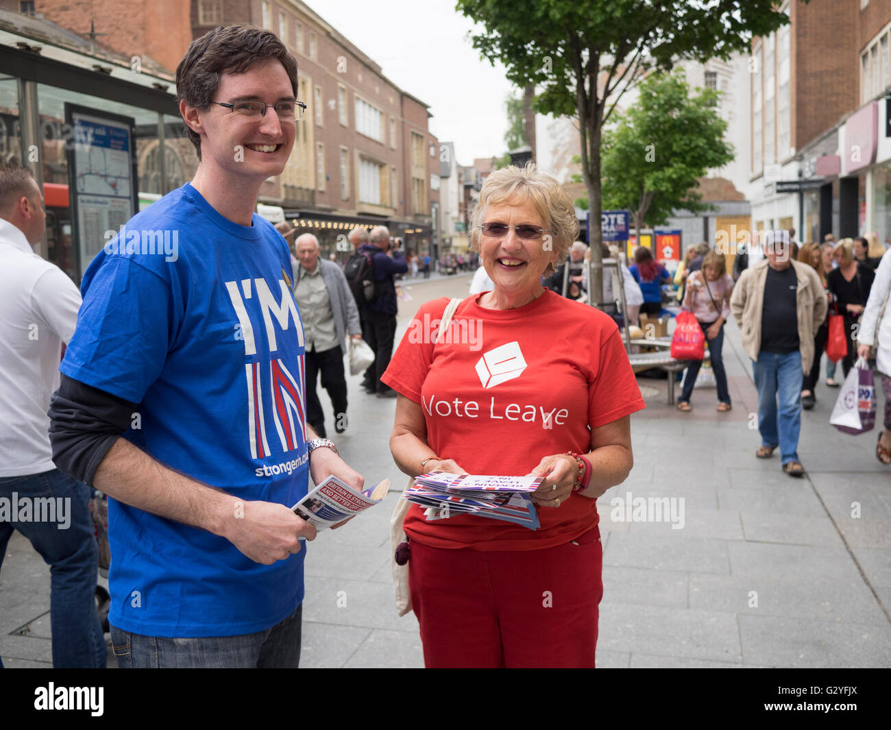 Exeter High St UK 4 June 2016 Rival referendum campaigners woo Saturday shoppers brexit Credit:  Anthony Collins/Alamy - Stock Image