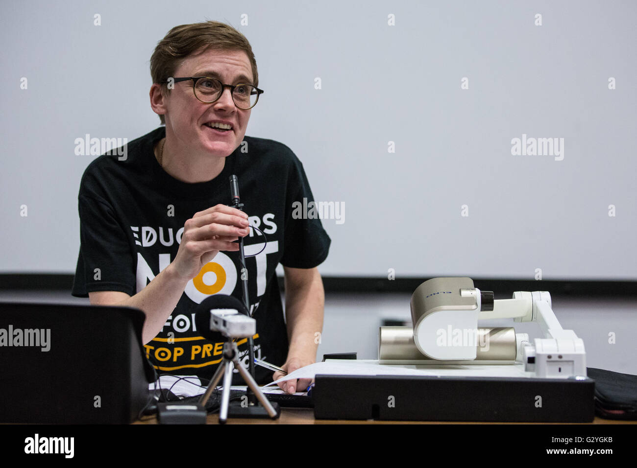 London, UK. 4th June, 2016. Hannah Dee of Defend The Right To Protest and Students Not Suspects addresses the PREVENT, - Stock Image