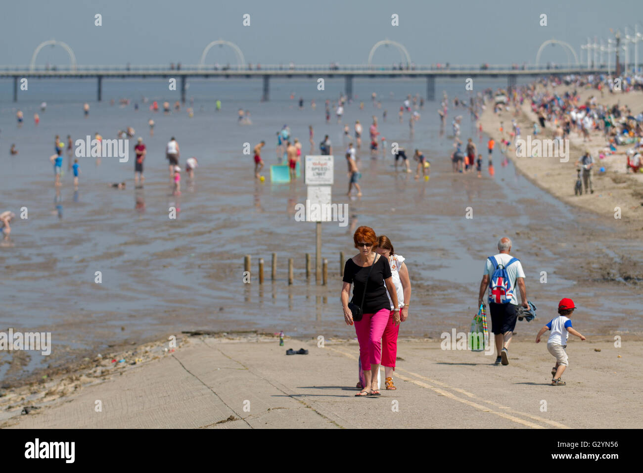 Southport, Merseyside, UK.  UK Weather.  5th June, 2016. Crowds, tourists, day-trippers bathers and sun worshippers - Stock Image