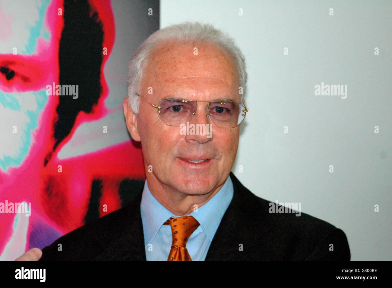 """Franz Beckenbauer - Enthuellung eines Portraits des """"Kaisers"""" der schweizer Kuenstlerin Annelies Strba im Rahmen der Ausstellung Stock Photo"""
