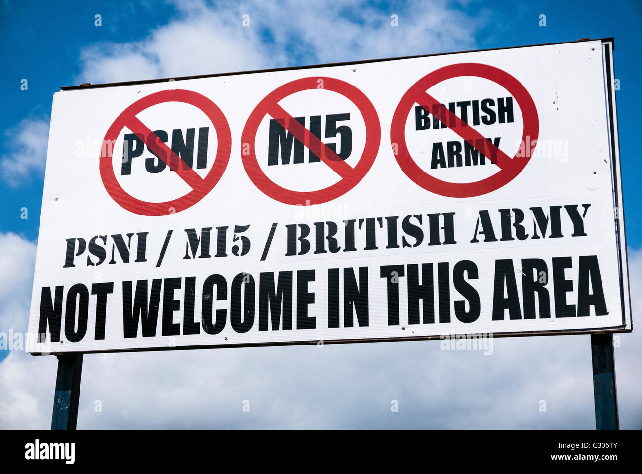 Sign in a republican area of Belfast, warning that the PSNI police, MI5 and the British Army are not welcome. - Stock Image