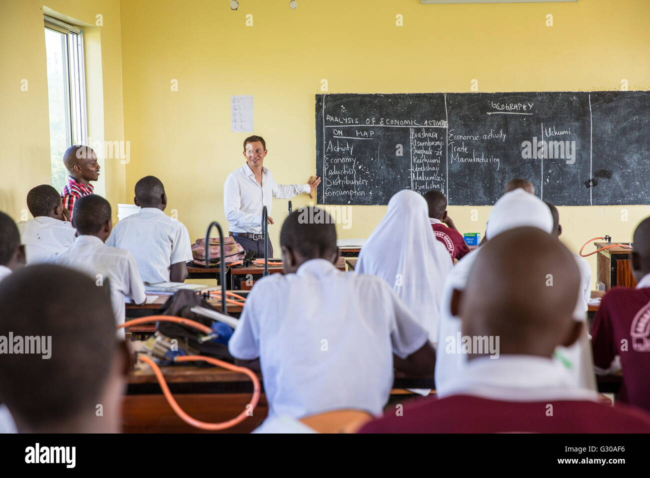 VSO volunteer Paul Jennings talks to students, class taken with local teacher Rebecca Ngovano, Angaza school, Lindi, - Stock Image