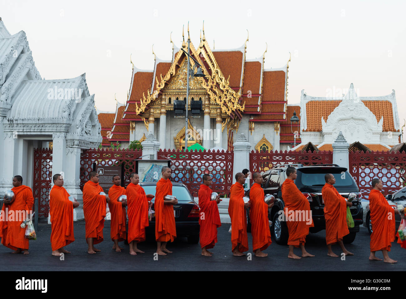 Monks collecting morning alms, The Marble Temple (Wat Benchamabophit), Bangkok, Thailand, Southeast Asia, Asia - Stock Image