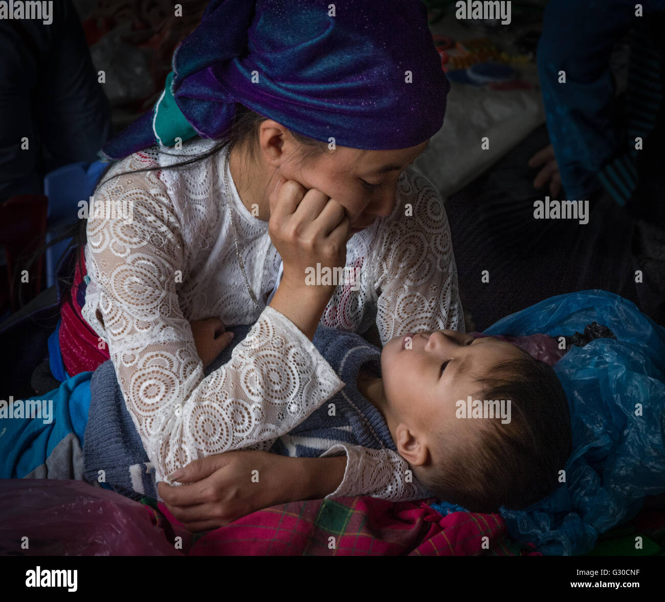 Mother and child in the market in Meo Vac, Ha Giang Province, Vietnam. - Stock Image