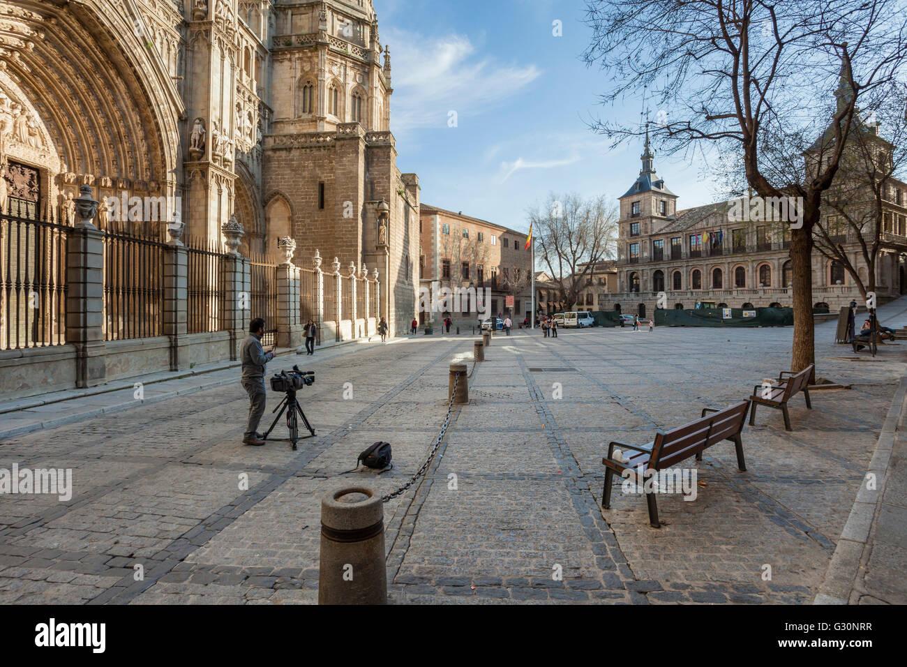 Los conciertos en la nueva normalidad - Página 3 Plaza-del-ayuntamiento-at-toledo-cathedral-spain-G30NRR