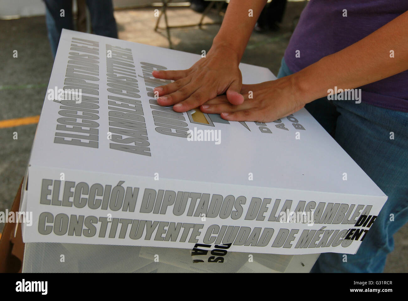 Mexico City, Mexico. 5th June, 2016. An elector casts his vote at a polling station in Mexico City, capital of Mexico, Stock Photo