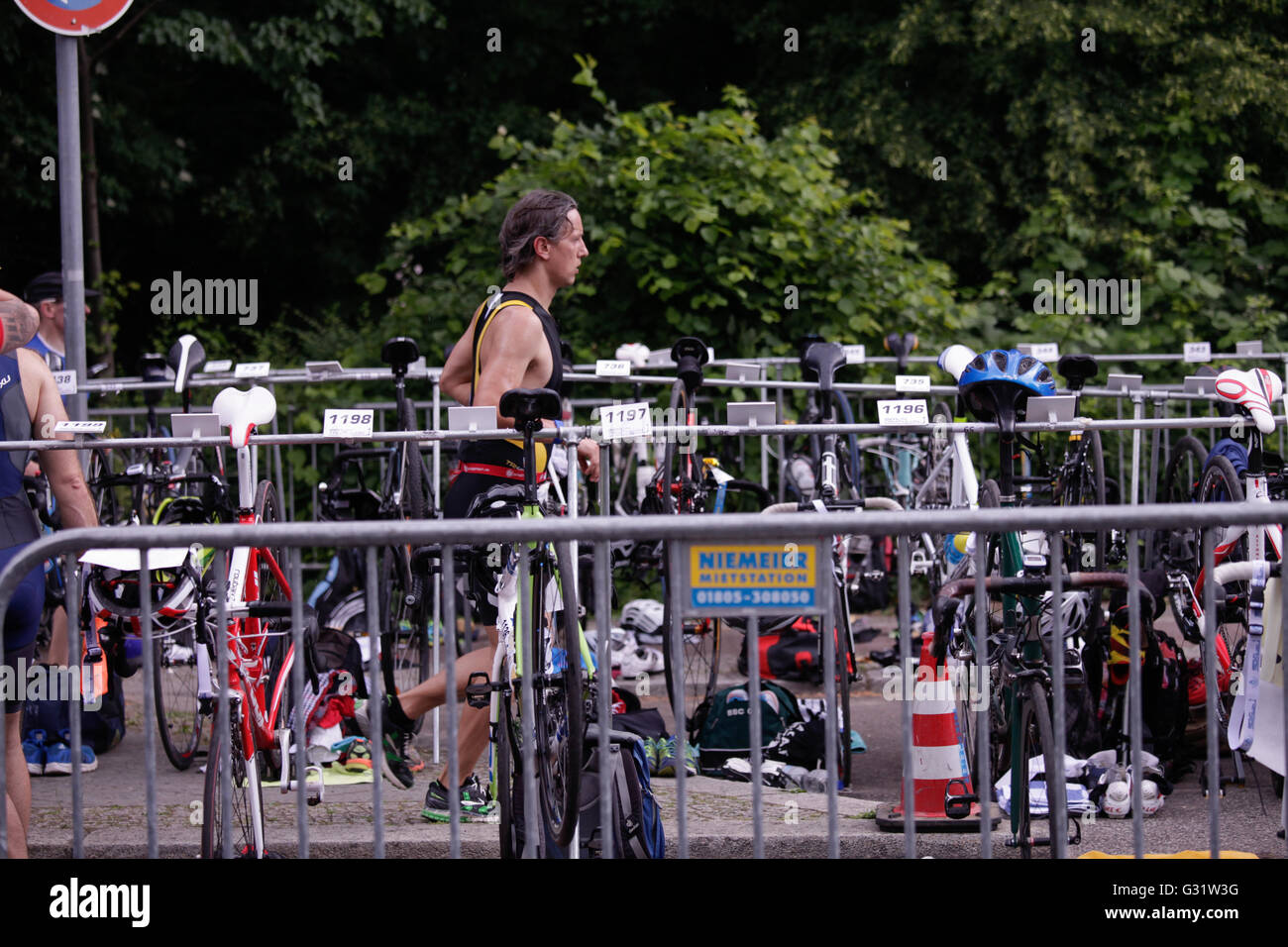 10 th edition of the Berlin Triathlon, which start with the disciplin of  swimming around the  Isle of Youth in - Stock Image