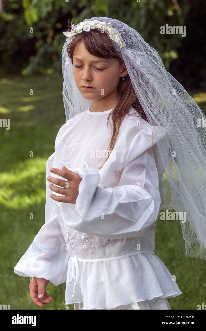 the age of innocence, 6- 7-year-old girl in white dress, girls games Bride - Stock Image