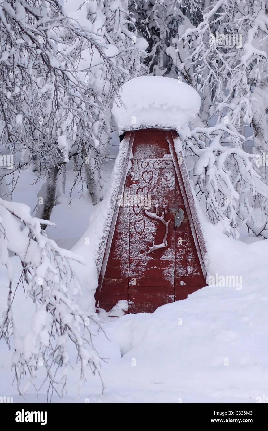?k_skero, Finland, snowed-in forest Toilettenhaeuschen - Stock Image