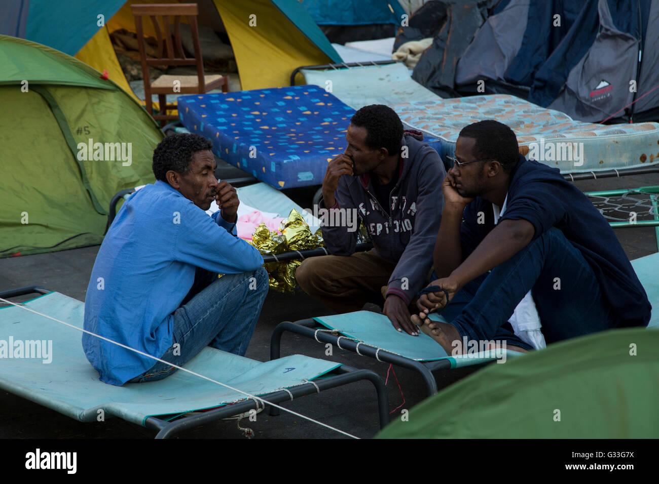 Hundreds of migrants, many from Ethiopia, Somalia and Eritrea Stock