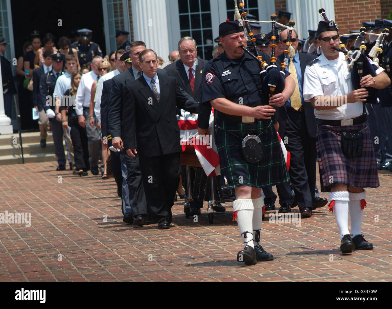 casket is escorted by bagpipers at funeral for police officer killed in shootout -Largo, Md - Stock Image