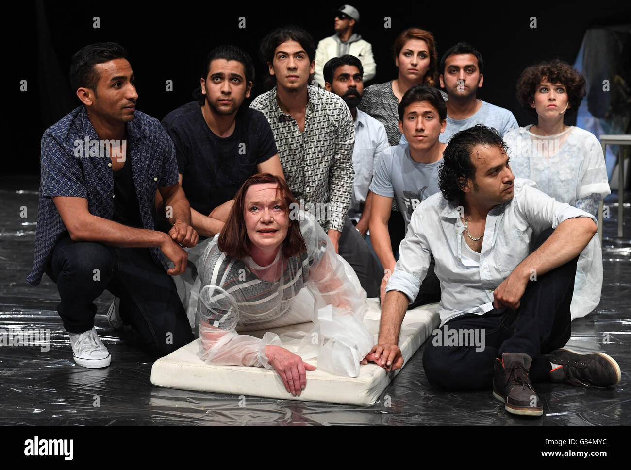 Leipzig, Germany. 7th June, 2016. Actress Martina Krompholz (m) enacts a scence together with refugees during the - Stock Image
