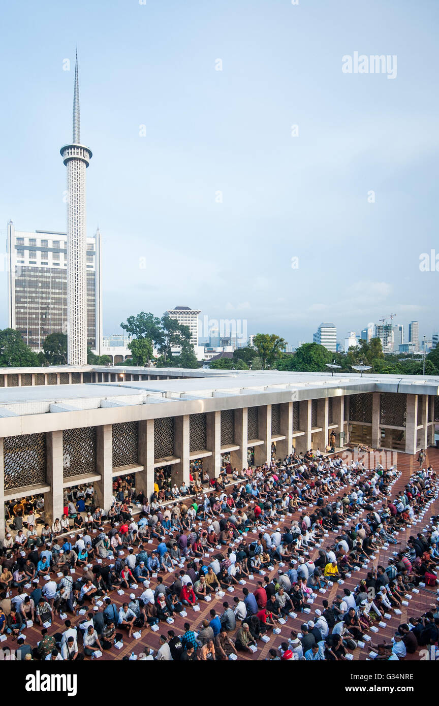Jakarta, Indonesia. 8th June, 2016. Indonesian Moslems gather and sit in rows while waiting for Iftar meal time - Stock Image