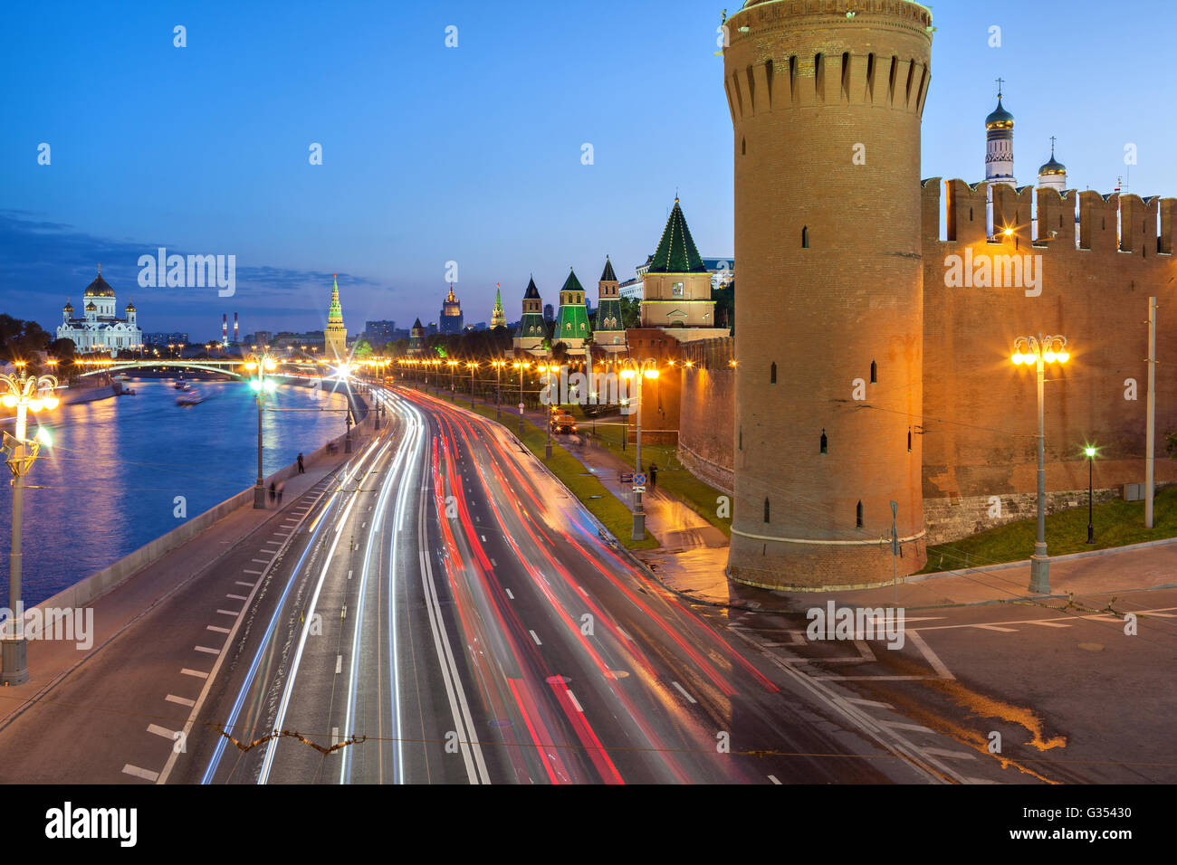 Kremlevskaya naberezhnaya and Kremlin wall in the evening, Moscow, Russia - Stock Image