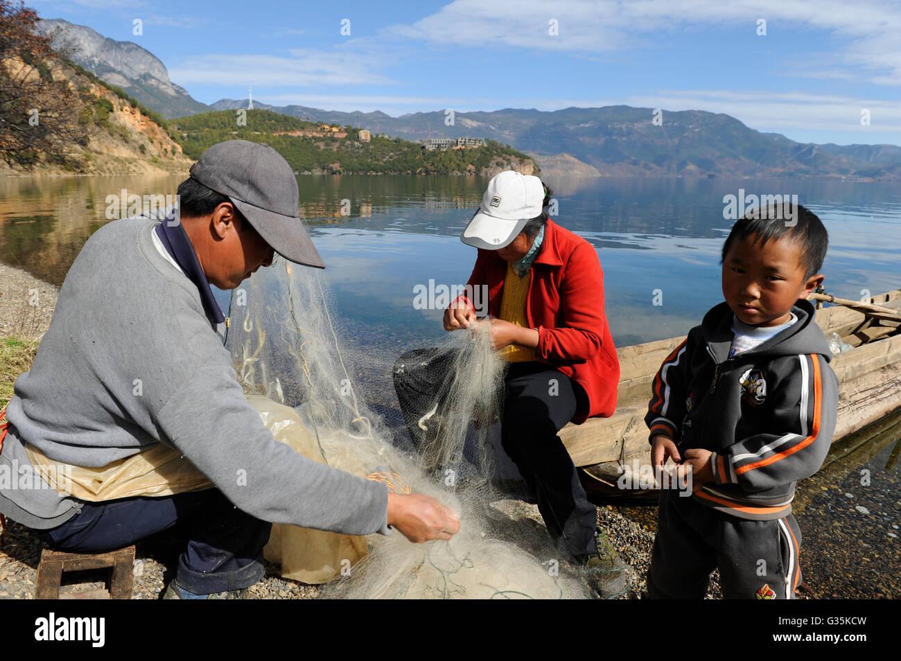 CHINA Yunnan Lugu Lake, family and fishing net /CHINA Provinz Yunnan , Lugu See, Familie mit Fischernetz - Stock Image