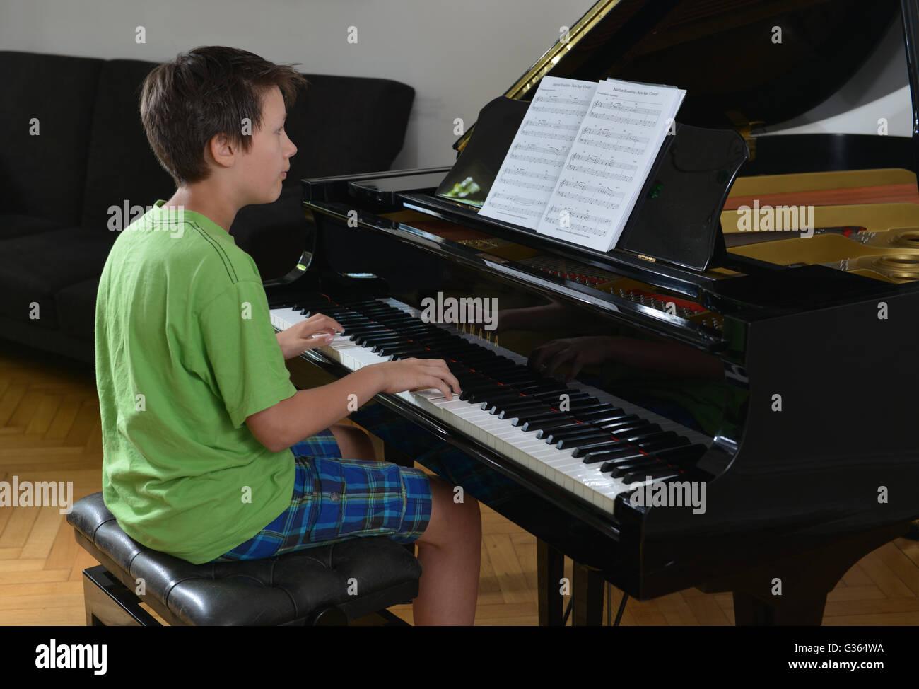 Kind, Klavier, Spiel - Stock Image