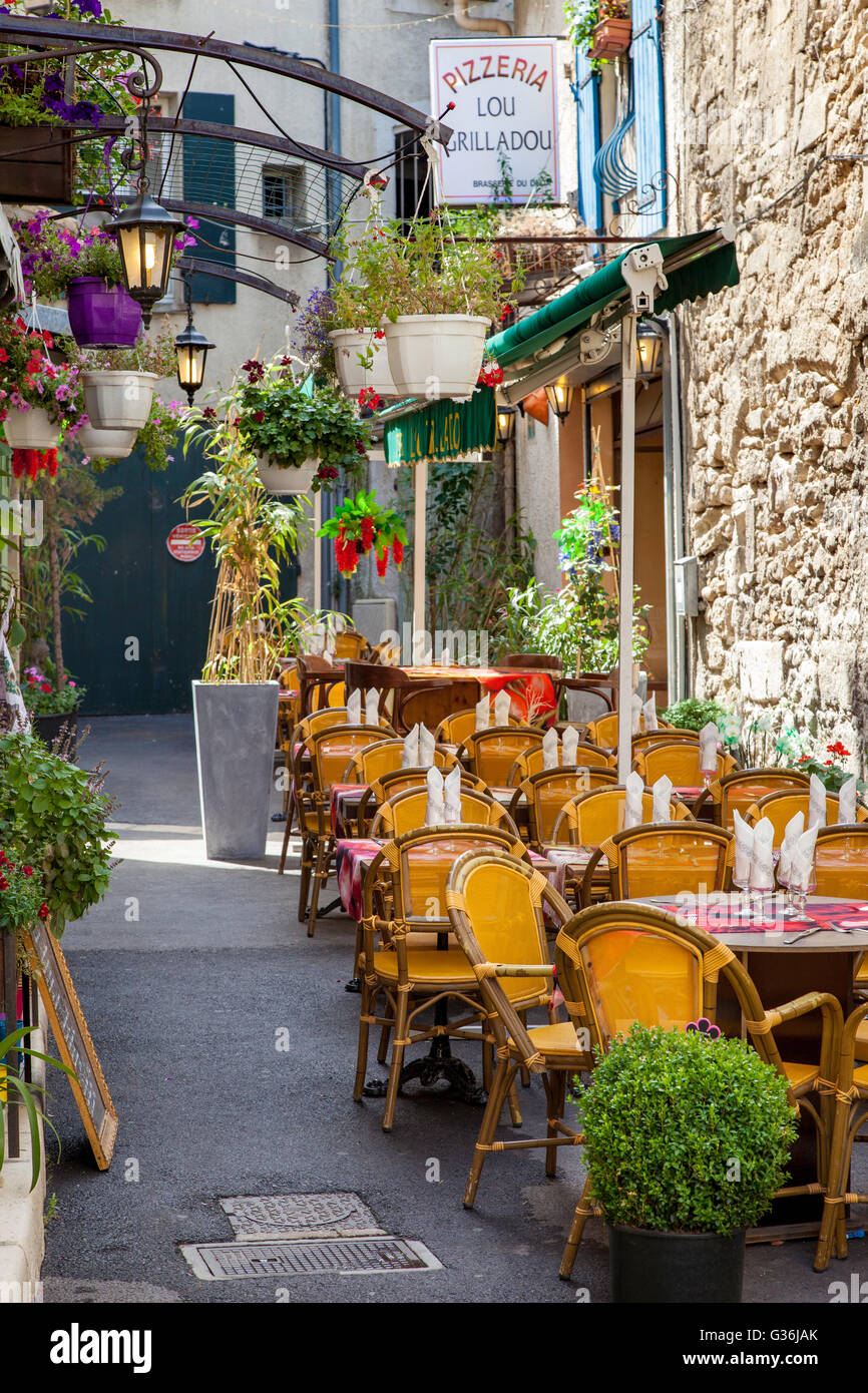 Outdoor Cafe and Pizzeria ready for lunch, Saint-Remy-de-Provence, France - Stock Image