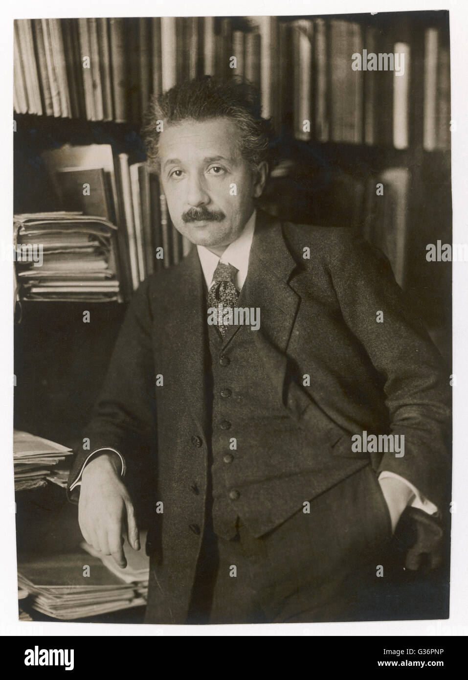Albert Einstein (1879-1955), theoretical physicist, philosopher and author.  Seen here in front of bookshelves. - Stock Image