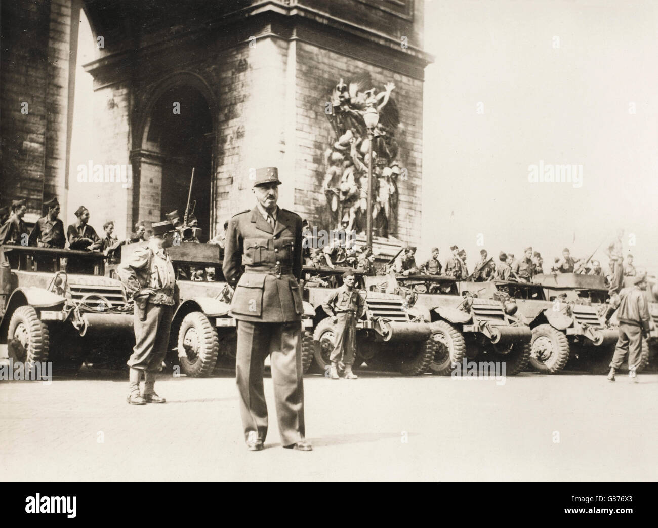 General Koenig with General Lelerc's Troops at the Arc de Triomphe, Paris, 1944 - from a collection of postcard - Stock Image