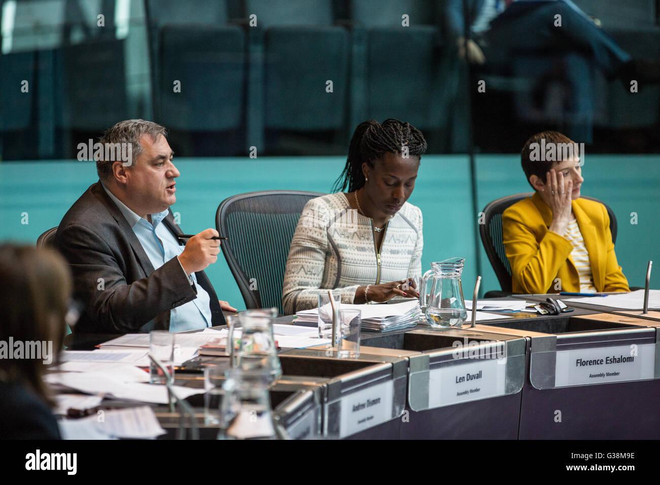 London, UK. 9th June, 2016. London Assembly Member Len Duvall (Labour) asks Councillor Sophie Linden a question - Stock Image