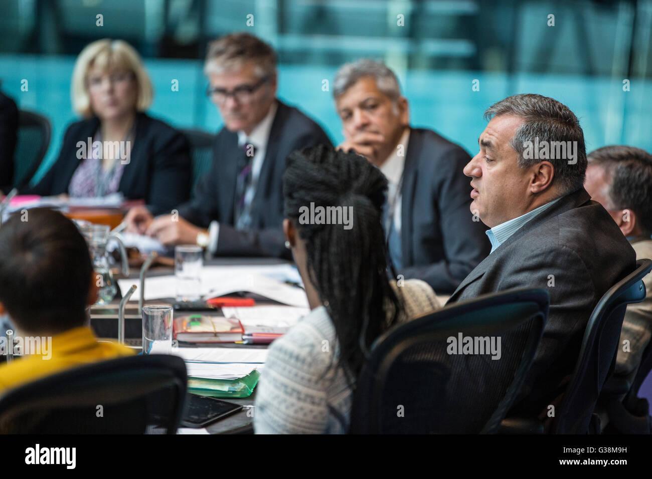 London, UK. 9th June, 2016. Labour London Assembly Member Len Duvall (r) asks Councillor Sophie Linden a question - Stock Image