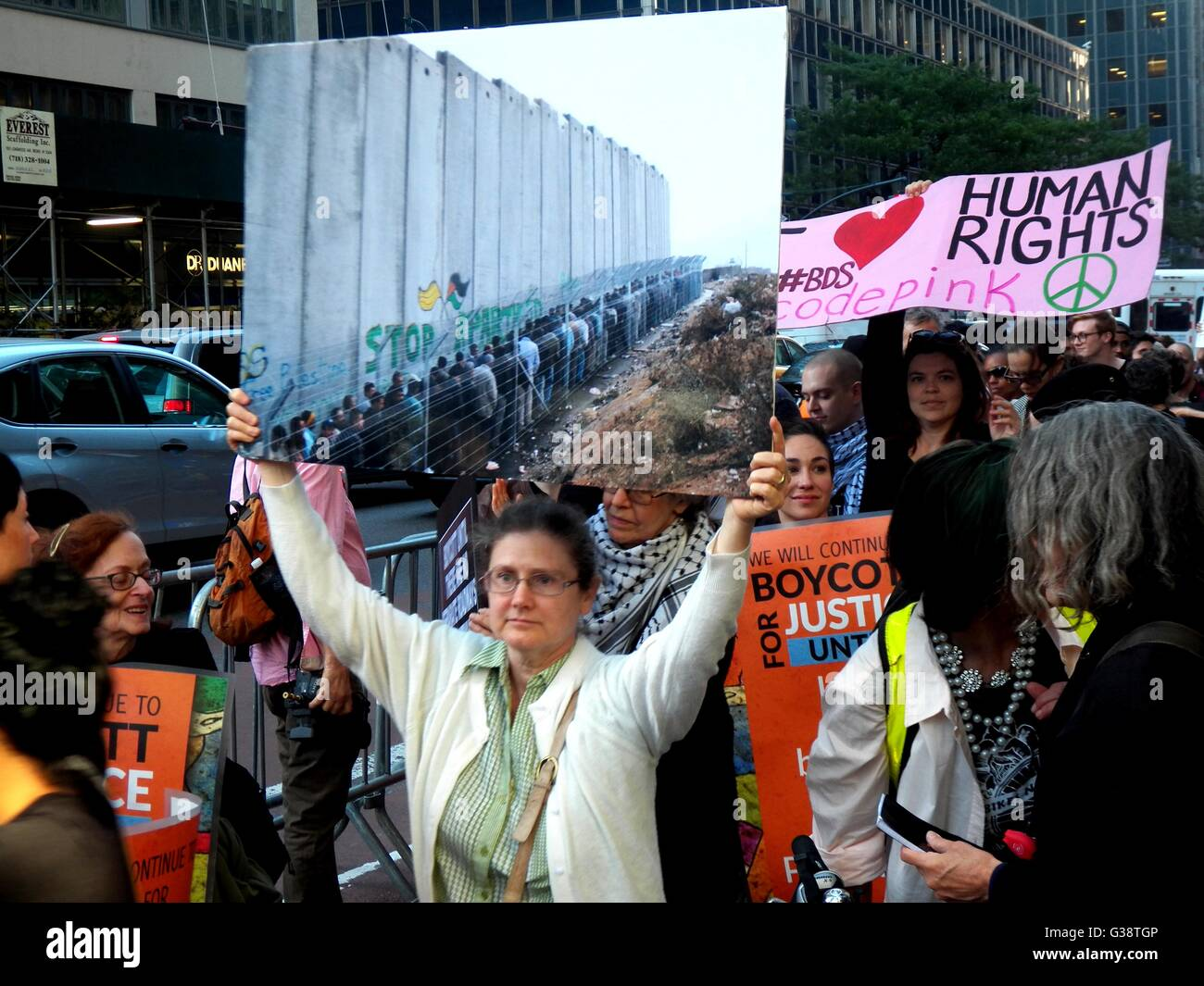 New York, USA. 09th June, 2016.  Protesters outside Governor Andrew Cuomo's office in New York City, many see - Stock Image