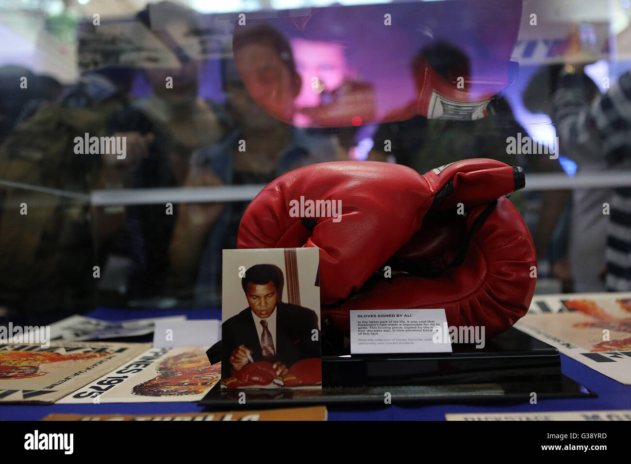 Quezon City, Arizona, USA. 3rd June, 2016. People look at a pair of boxing gloves signed by Muhammad Ali that he - Stock Image