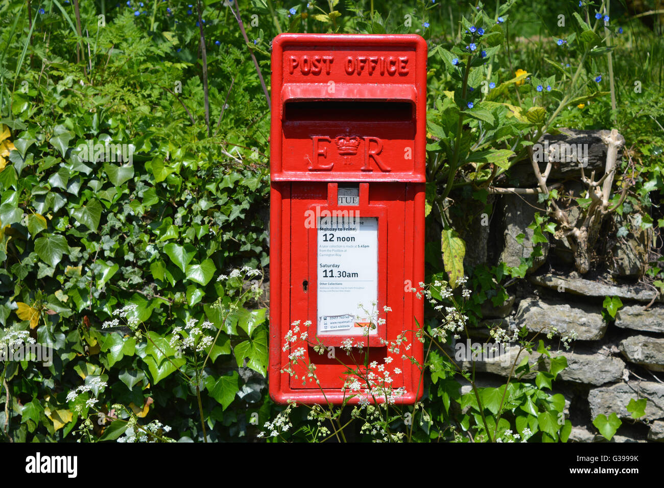ER red post box, set into the wall in the rural village of Shepton Montague, Somerset, England - Stock Image