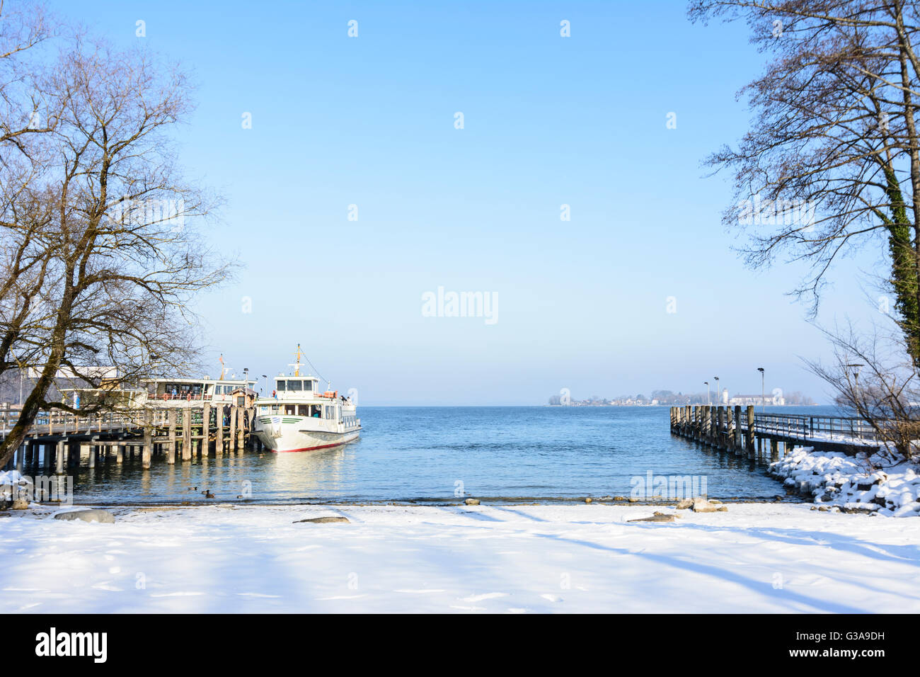 lake Chiemsee: island Herrenchiemsee: Passenger ship and look to the Fraueninsel, Germany, Bayern, Bavaria, Oberbayern, - Stock Image