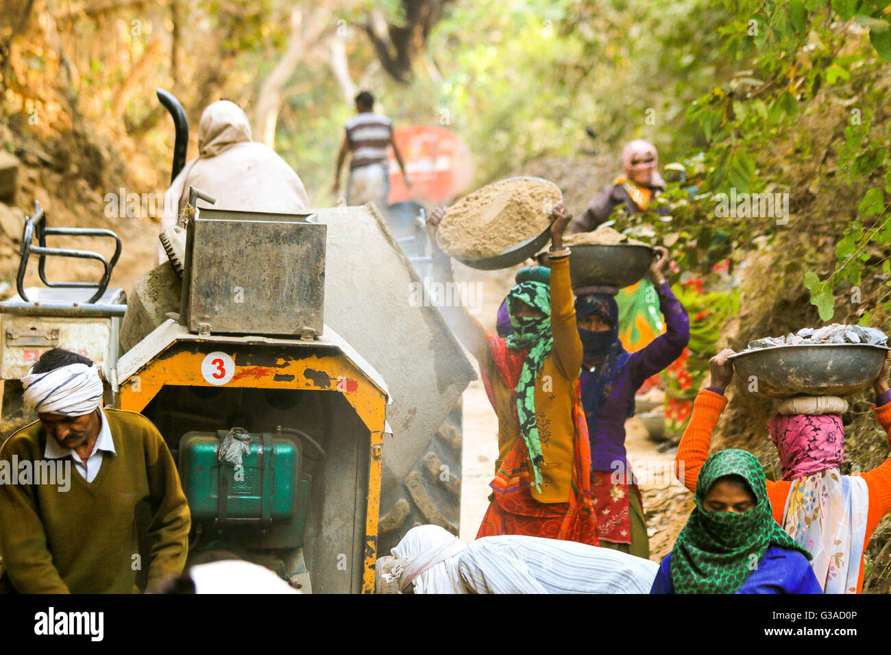 Untouchable Indian men and women digging road  at Ranthambore Fort, India - Stock Image
