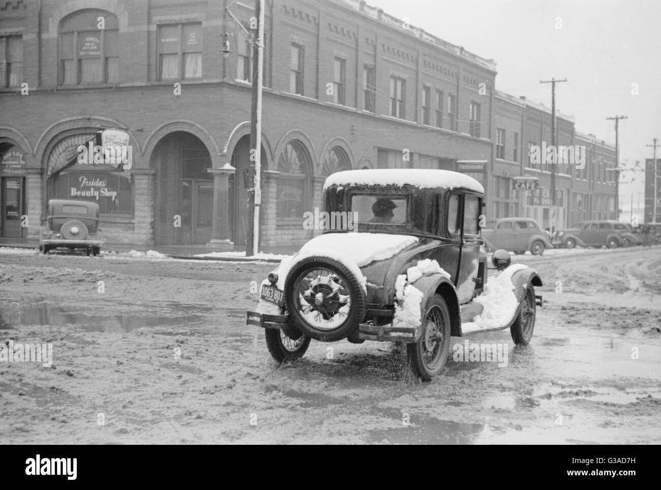 1930s car in the snow     Date: late 1930s - Stock Image