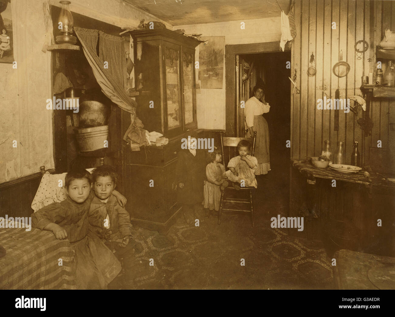 (For Child Welfare Exhibit 1912-13.) Crowded Italian home, 46 Crary St., Providence, RI Nov 26, 1912. Property owned - Stock Image