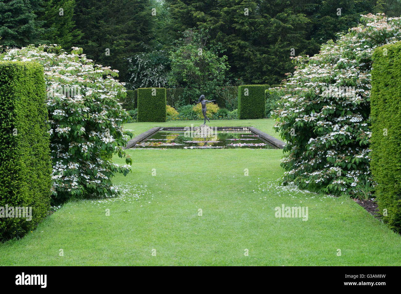 Ornamental garden statue and pond in the garden at Waterperry Gardens, Oxfordshire, England - Stock Image