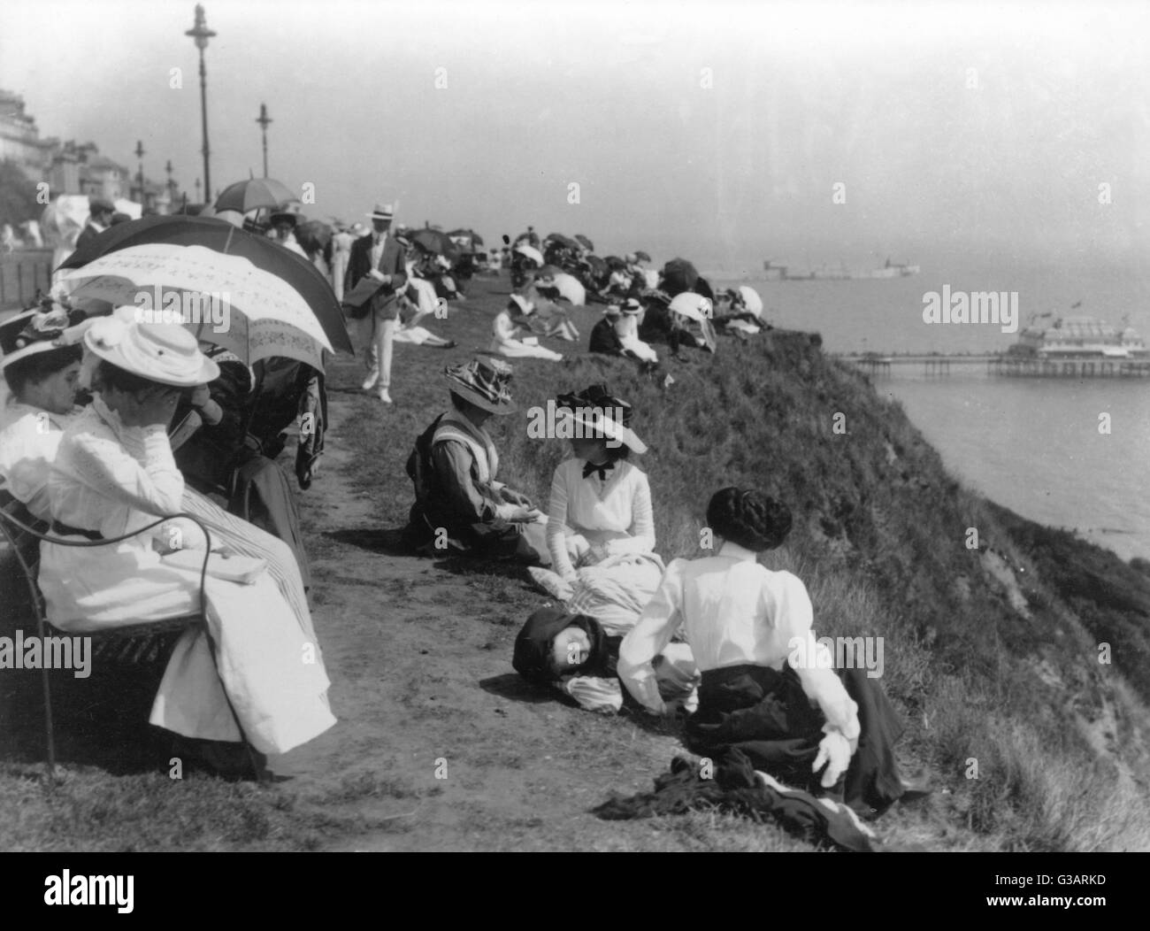 Edwardian holidaymakers on a cliff at a seaside resort.      Date: early 20th century - Stock Image