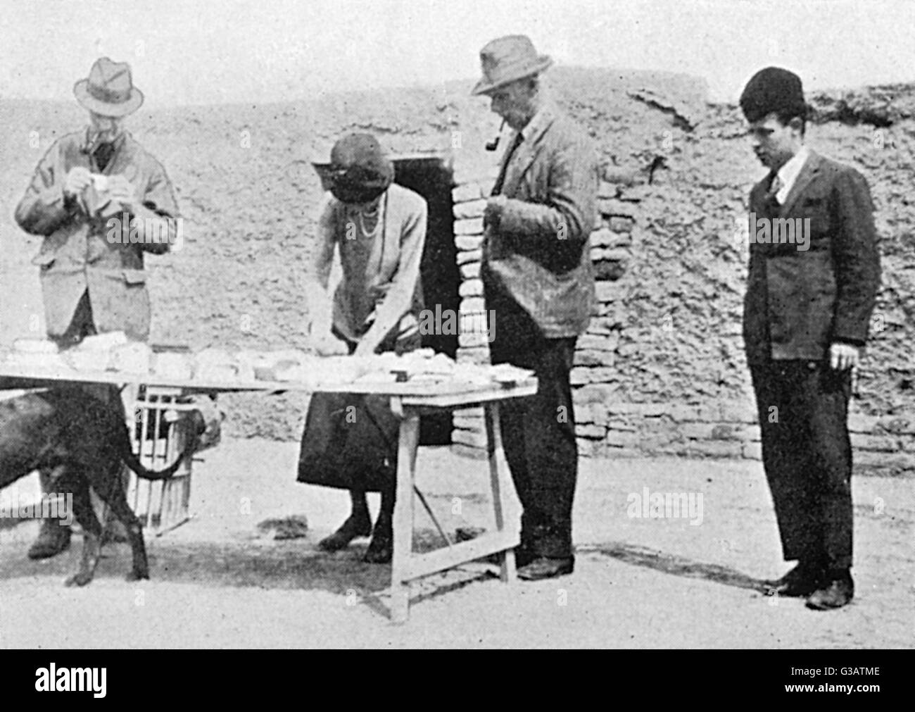 Dividing the Finds - Iraq - Archaeology - Gertrude Bell - Stock Image