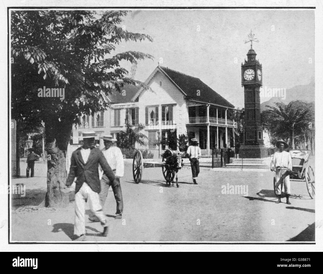 Seychelles:  Victoria, with  Victoria Memorial and the Town Hall      Date: 1903 - Stock Image