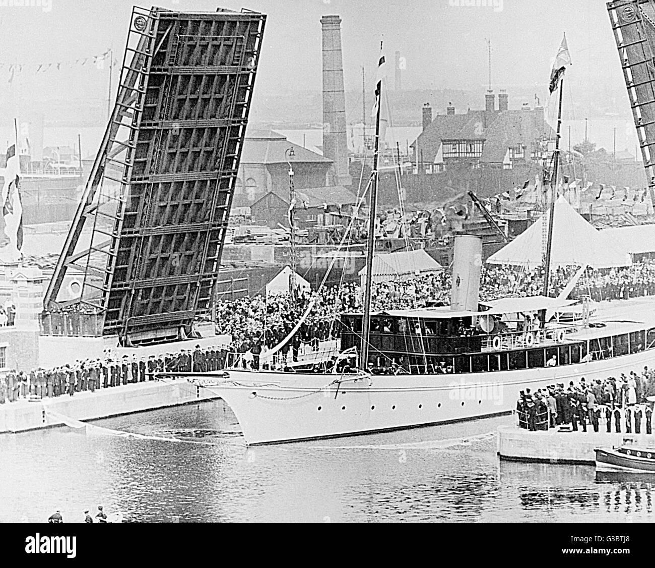 Royal Yacht entering London Docks.      Date: 20th century - Stock Image