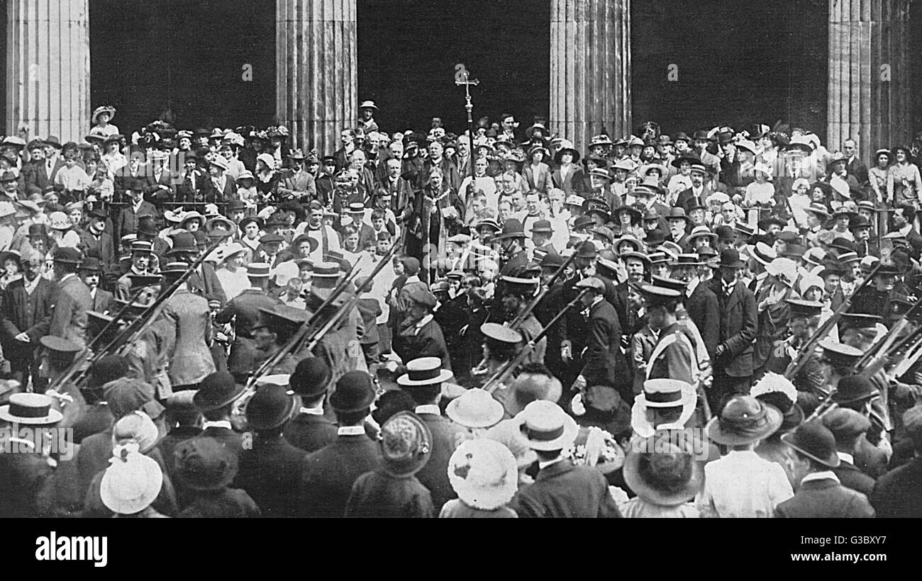 WW1 - London Territorials are blessed as they pass St. Pancras Church, London, where they deposited their colours - Stock Image