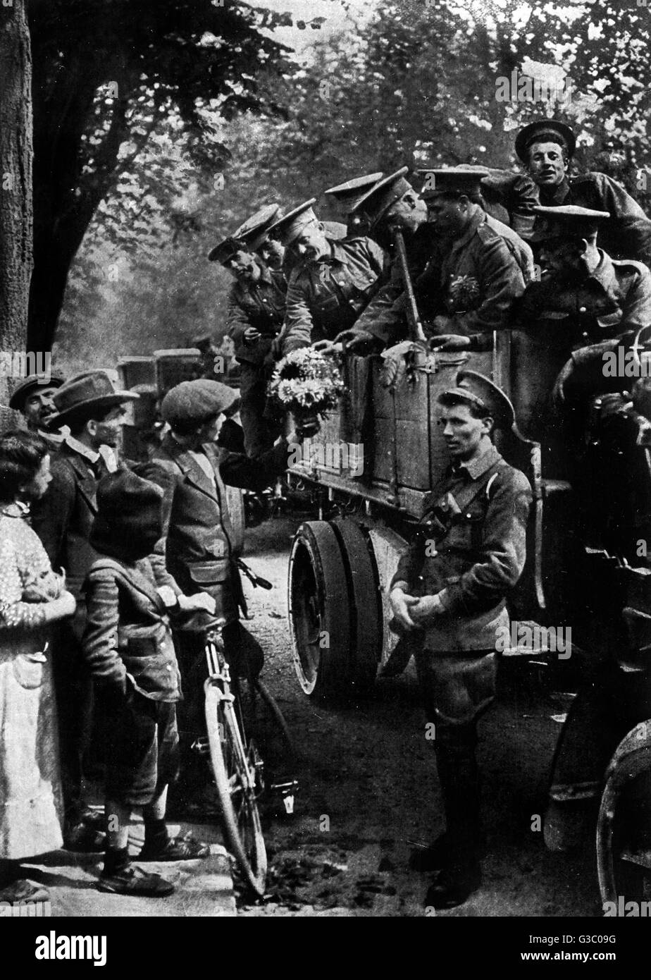 WW1 - British Tommies welcomed on arrival in France     Date: 1914 - Stock Image