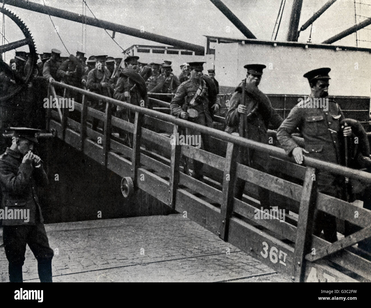 WW1 - British soldiers alight a military transport vessel as they arrive in France.      Date: 1914 - Stock Image
