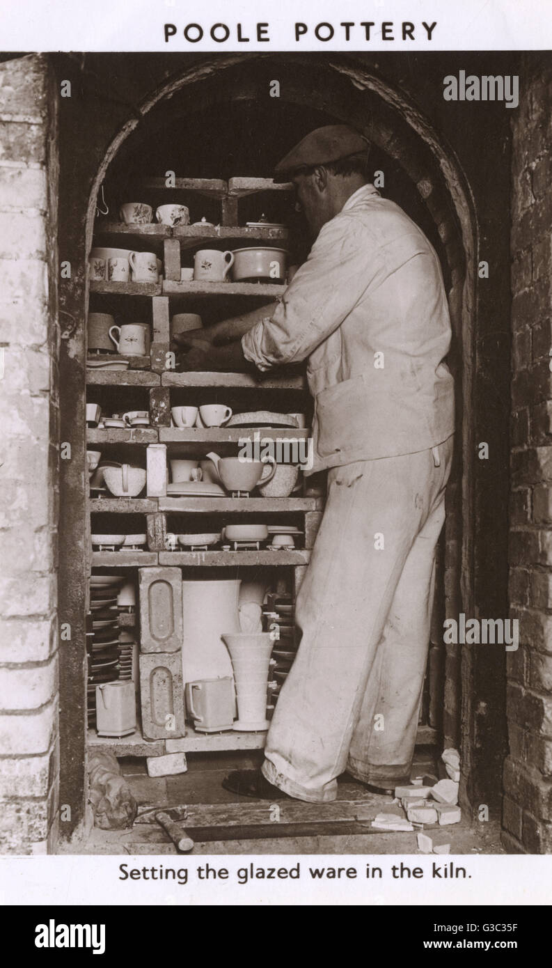 Setting the glazed ware in the kiln. Poole Pottery was founded in 1873 on Poole quayside, where it continued to - Stock Image