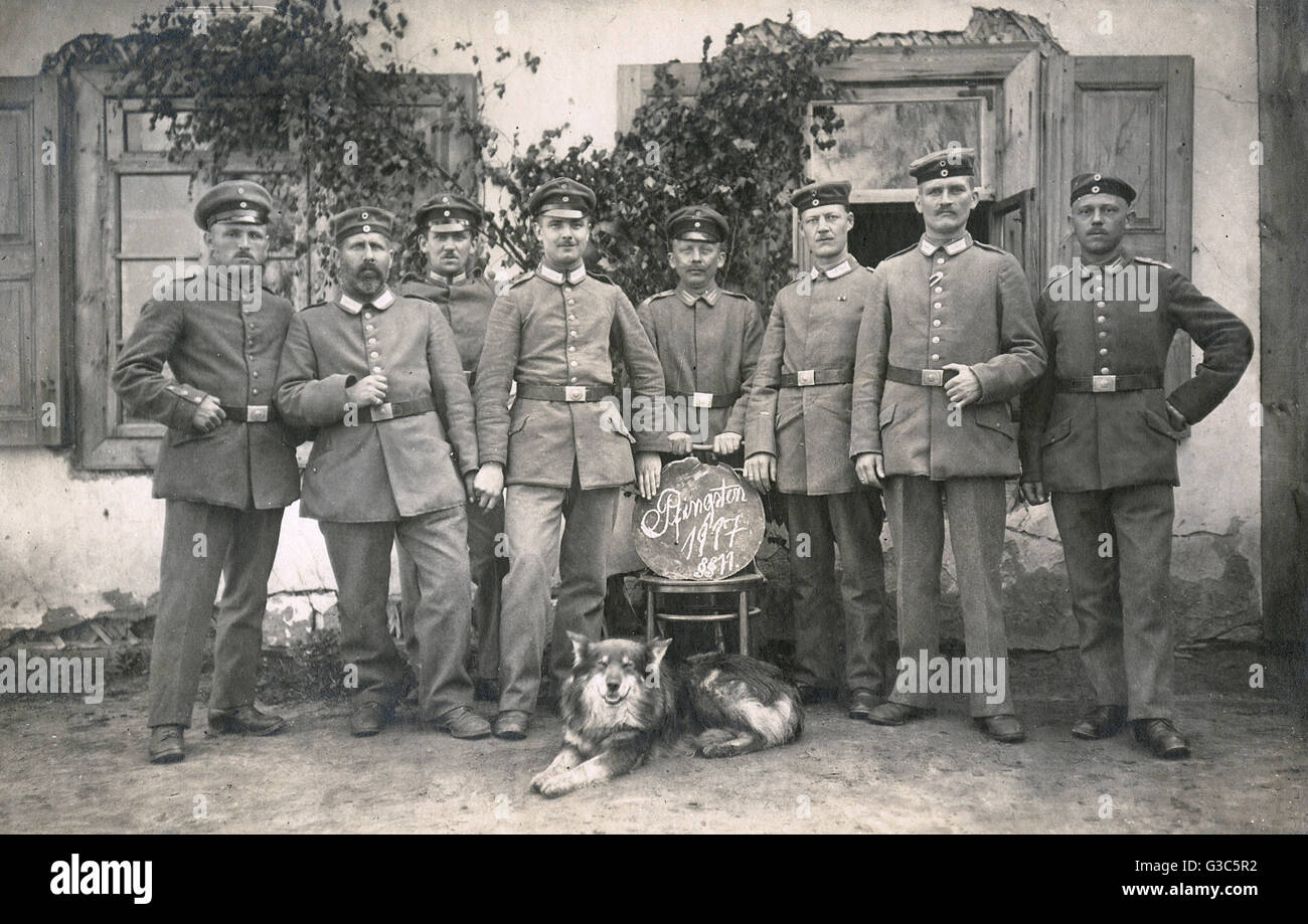 Group photo, German soldiers on a traditional Whitsun (Pentecost) greetings postcard, May 1917, during the First - Stock Image