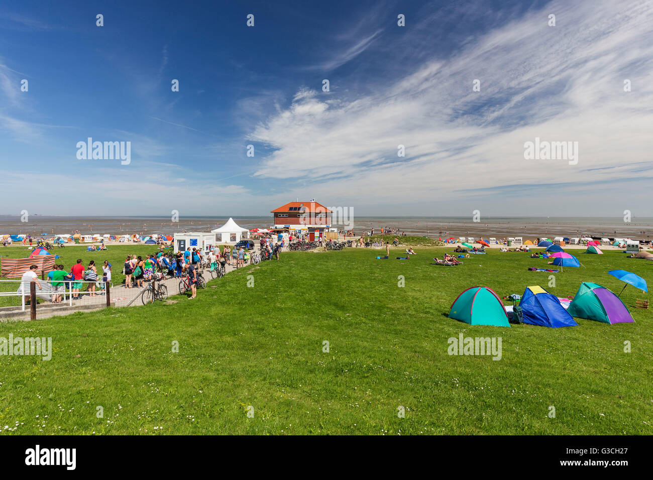 Entrance to the beach, bathers, pay kiosk, fees for the beach, meadow, beach of Hooksiel, district of the municipality - Stock Image