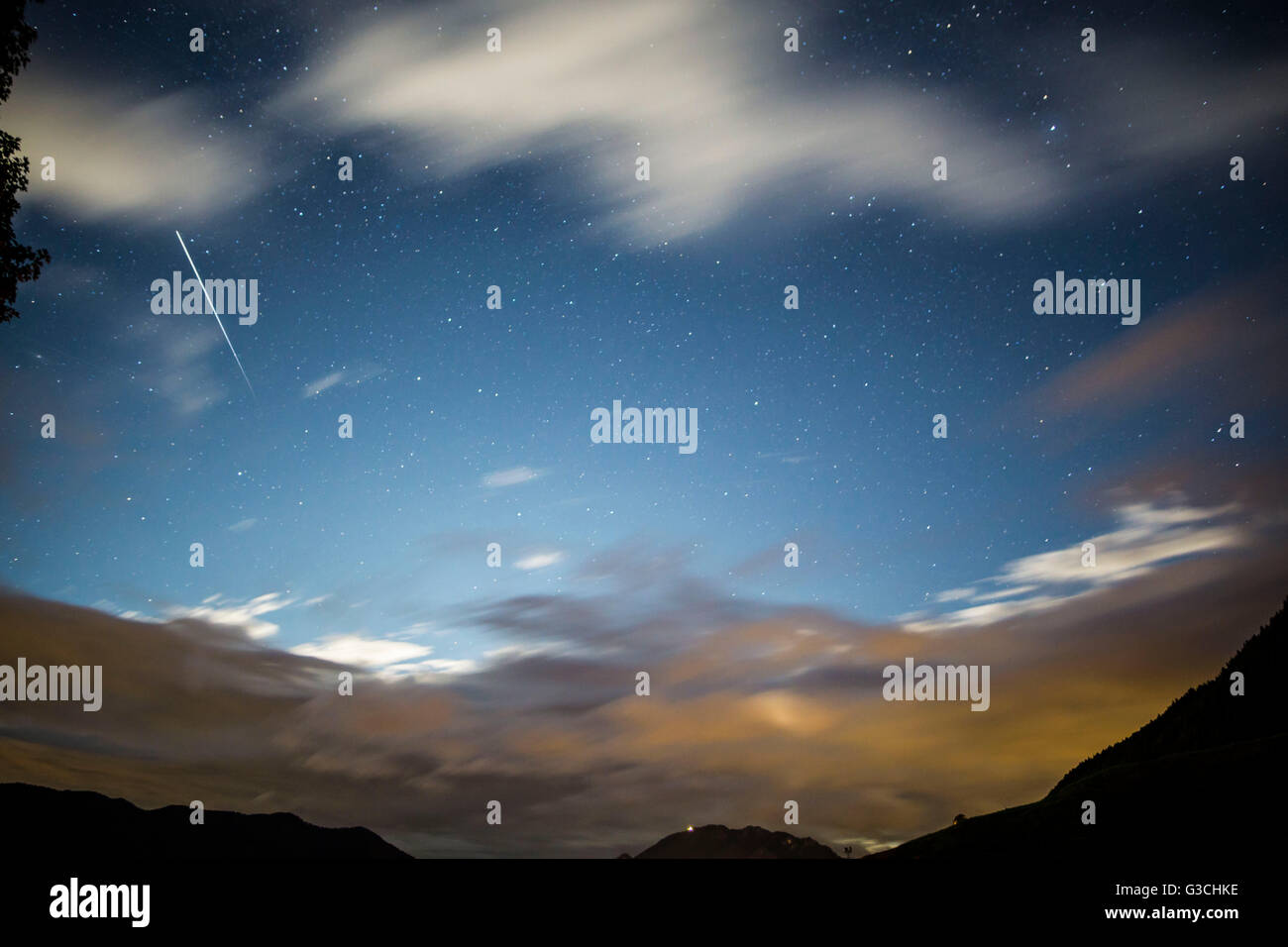 Long-exposure photography shooting star and clouds - Stock Image