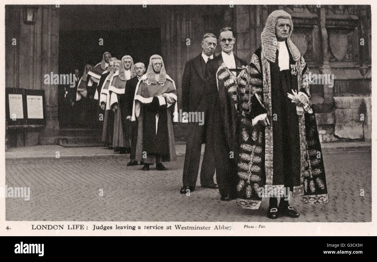 London Life: Judges leaving a service at Westminster Abbey     Date: circa 1940 - Stock Image