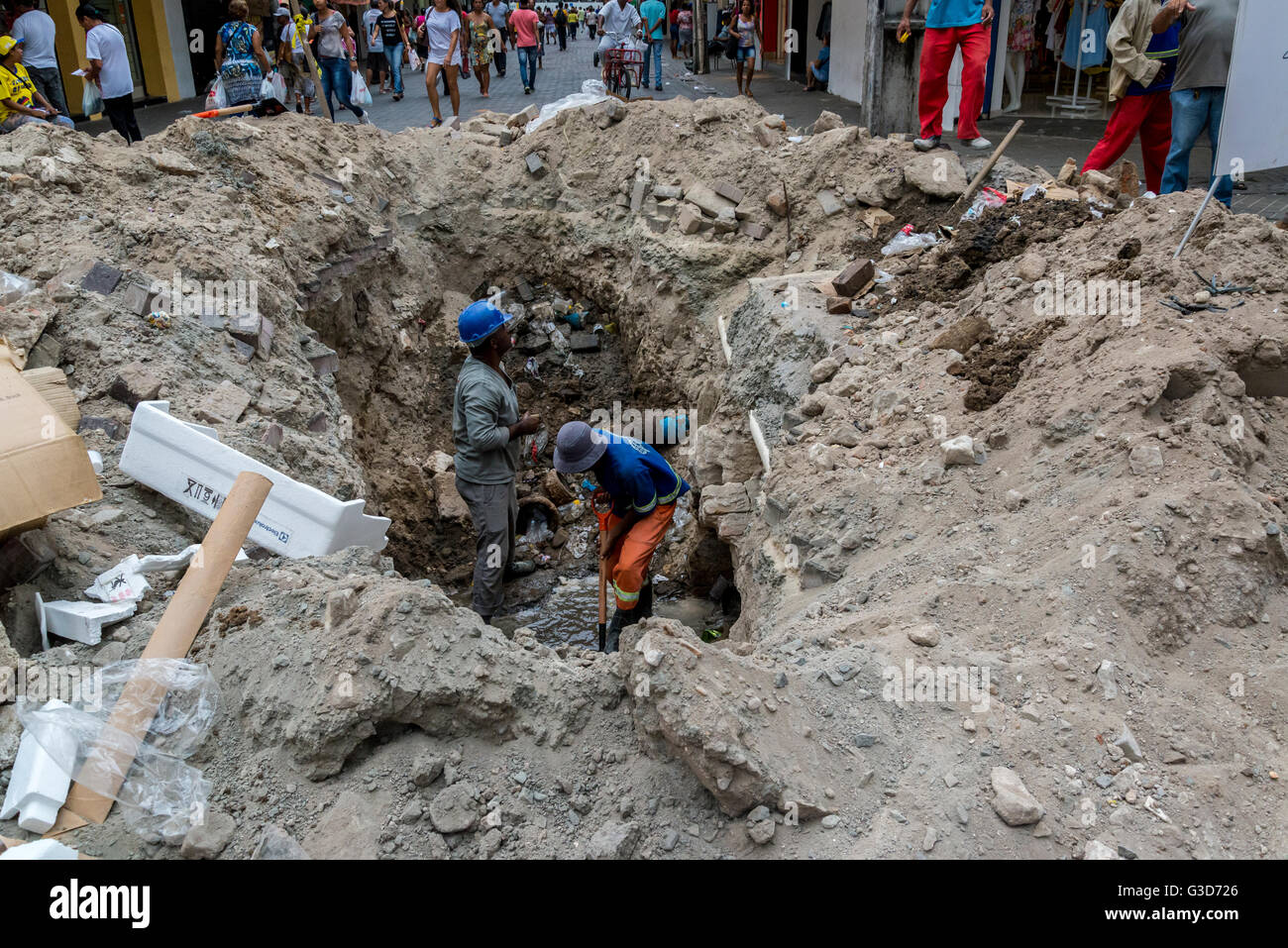 Drains repairs in busy street, Santo Antônio neighbourhood, Recife, Pernambuco, Brazil - Stock Image