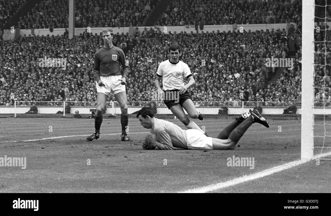 Soccer World Cup 1966 - Final - England - West Germany 4-2 a.e.t. - From left to right: Jack Charlton, goalkeeper - Stock Image